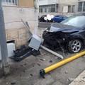 Bari, auto abbatte un semaforo a Japigia