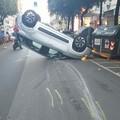 Incidente in centro a Bari, auto si ribalta in corso Cavour