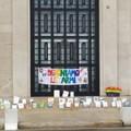 """Scuola, i docenti a Bari protestano deponendo le loro  """"armi """", i libri"""