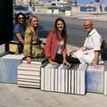 "A Bari ci si siede sui libri, arriva sul lungomare  ""Hug City Frame """