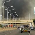 Incendio a Bari, fiamme minacciano la Statale 16: polizia sul posto