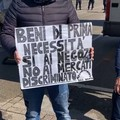 """""""Tutto il mondo aperto, noi chiusi"""": la protesta degli ambulanti a Bari"""