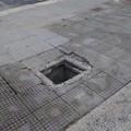 Sporcizia e marciapiedi rotti davanti all'istituto Vivante