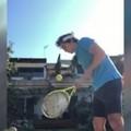 Palleggi con la stecca della racchetta, un tennista di Bari batte il record di Nadal