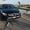 Bari, trascinano una Mercedes rubata e fuggono dopo l'inseguimento. Recuperata l'auto