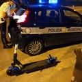 Sfrecciano davanti alla polizia locale con un monopattino rubato nel bagagliaio, denunciati