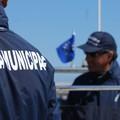 Tenta il suicidio in mare ma la Polizia locale lo soccorre