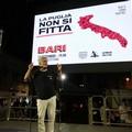 """Nichi Vendola in piazza a Bari con le  """"Sardine """": «Orme dei dinosauri lasciamole nella cava di Altamura»"""