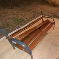 Bari, distrutta una panchina nel giardino di via Tridente