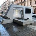 Getti d'acqua incontrollati, la fontana di corso Cavour allaga il marciapiede