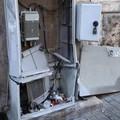 Via Manzoni, cassette elettriche aperte e cavi a vista nei pressi di una scuola