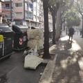 Gli incivili non vanno in vacanza, strani rifiuti in piazza Umberto