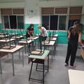 A Bari si torna a scuola, le mamme aiutano i docenti a sistemare i banchi