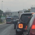 Lavori per l'asfalto a Carbonara nell'ora di punta, monta l'ira degli automobilisti