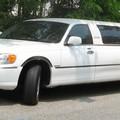 Bari, limousine a scuola per il compleanno ed è subito polemica