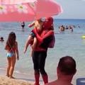 Sorpresa per i bagnanti a Capitolo, in spiaggia arriva Spider-Man