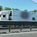 Camion bloccato sotto il ponte, rallentamenti sulla statale 100