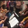 Genova, un quartetto d'archi sulla metro. La violista è di Bari