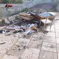 Bari, getta rifiuti nel terreno altrui a Carbonara, sanzionato