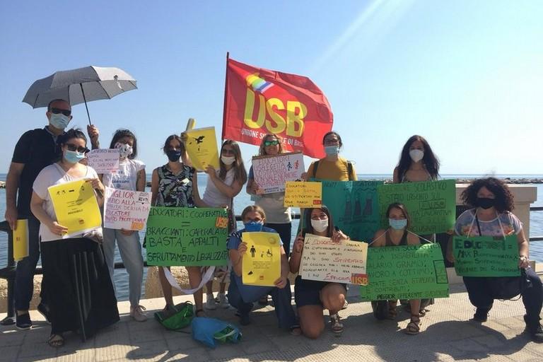 protesta educatori bari