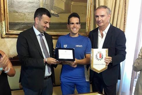 Il sindaco Decaro premia il nuotatore Daniel Douglas Di Pierro
