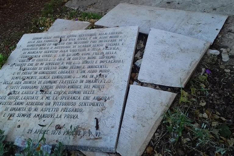 distrutta la lapide di aldo moro (Foto Comitato di Piazza Umberto)