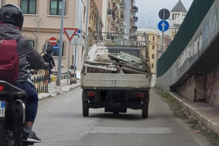Il camioncino coi rifiuti