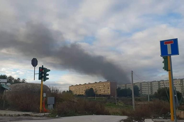 L'incendio a Carbonara. <span>Foto Leonardo Rizzi </span>