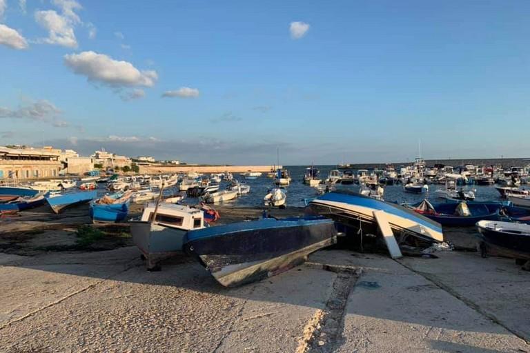 Le barche rivoltate a Torre a Mare
