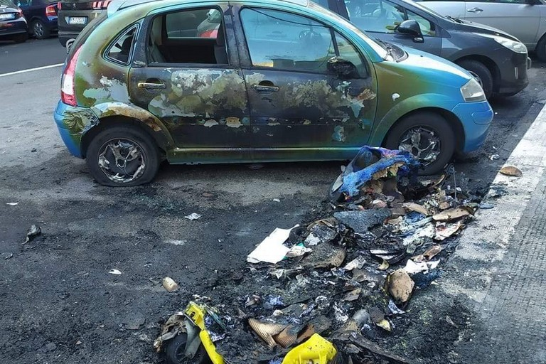 L'auto e il cassonetto incendiati