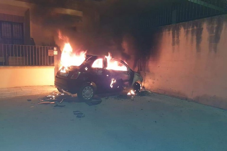 L'auto dell'assessore in fiamme
