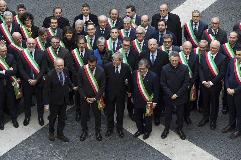 Foto di gruppo dei sindaci con Gentiloni