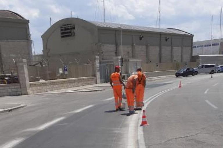 Gli operai a lavoro per la pista ciclabile light di San Cataldo
