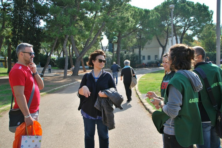 Volontari di Greenpeace a Bari, «non gettiamo via le foreste»