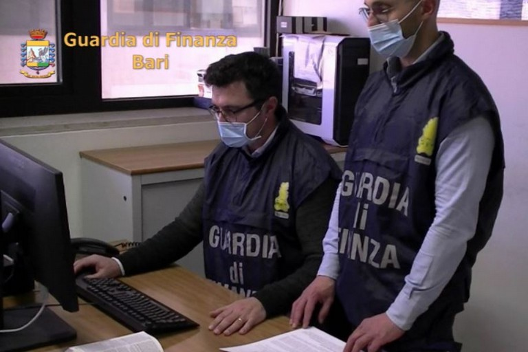 guardia di finanza bari JPG