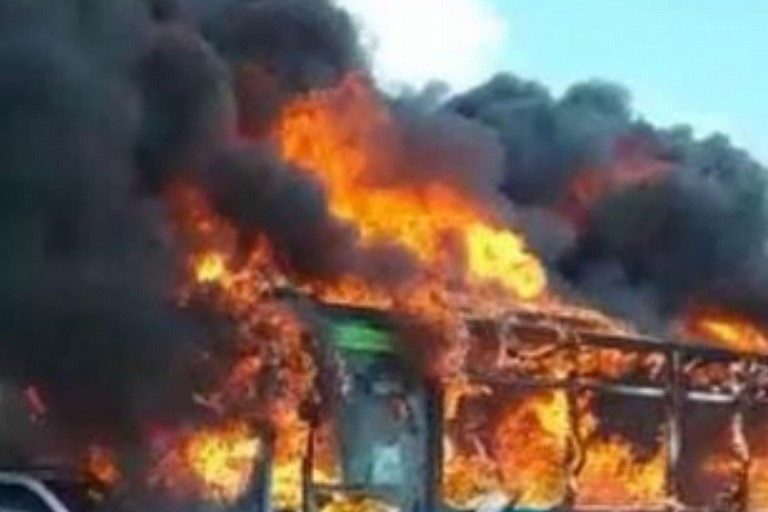Il bus in fiamme. <span>Foto Ansa</span>