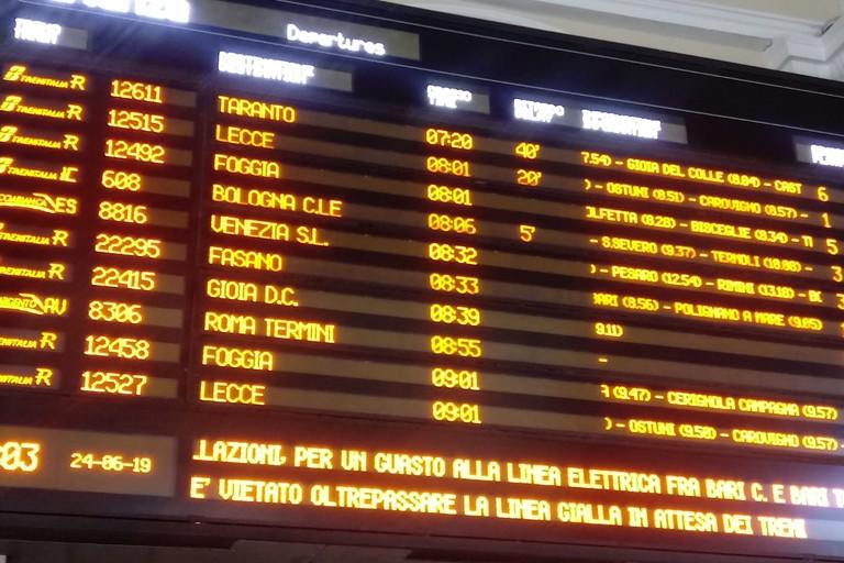 Il tabellone con i ritardi dei treni
