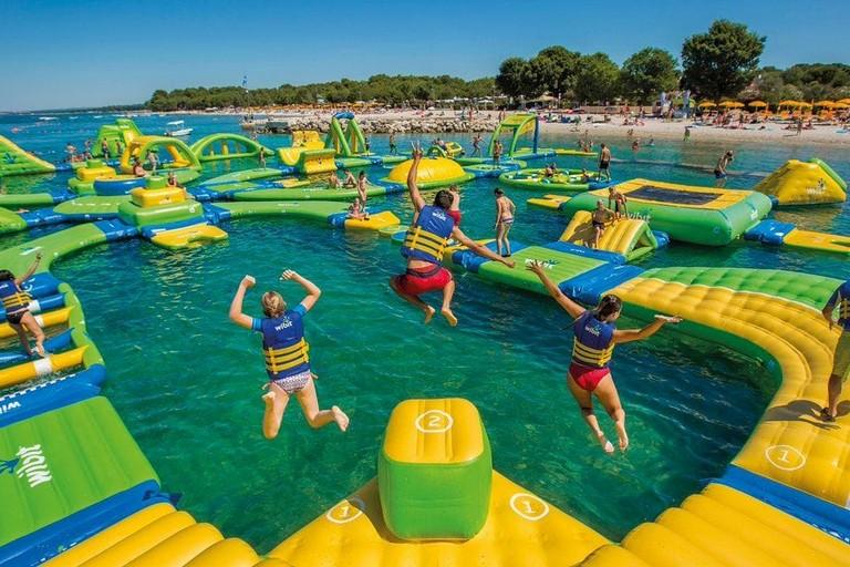 Un parco acquatico galleggiante