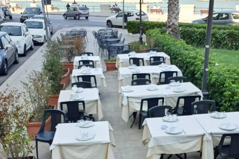 I tavolini di uno dei locali in largo Adua