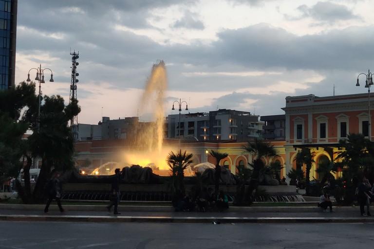 La fontana di piazza Moro illuminata d'oro