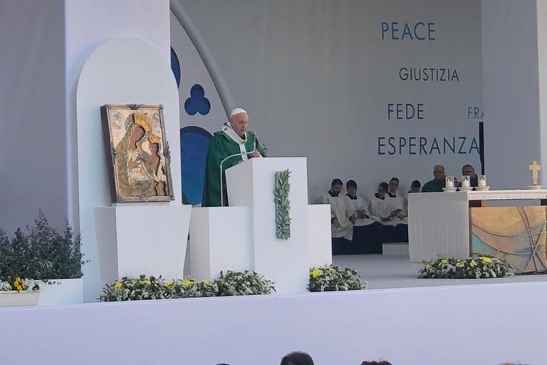Il Papa durante l'Angelus a Bari