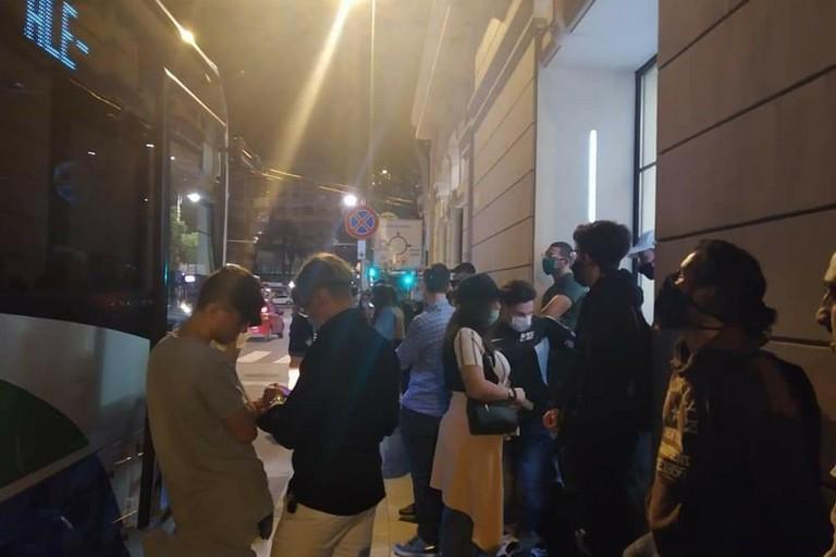 La gente in attesa di salire sull'autobus