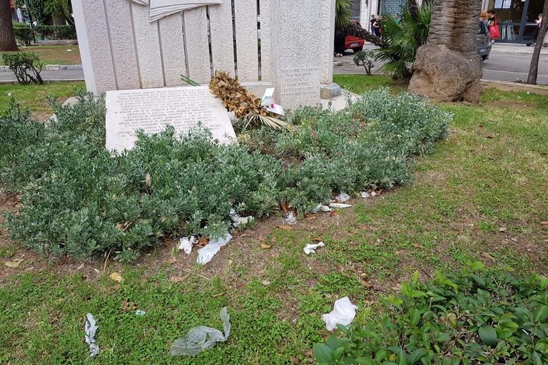 I rifiuti in piazza Aldo Moro