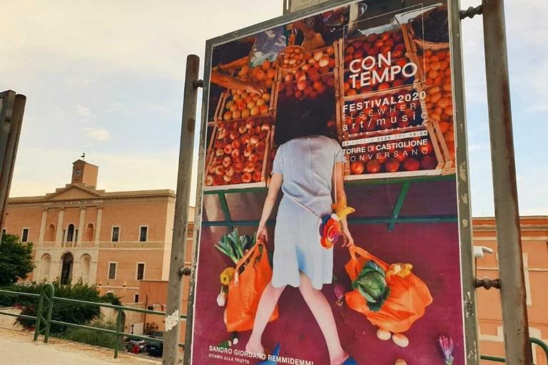 Donna nella frutta