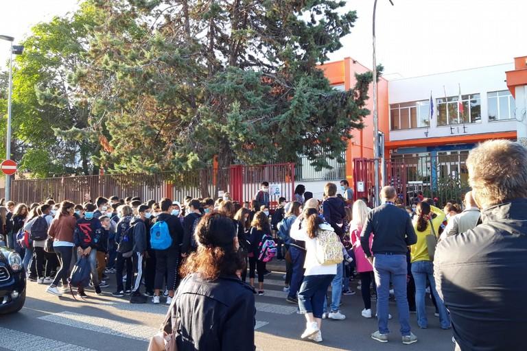 Gli assembramenti davanti alla scuola