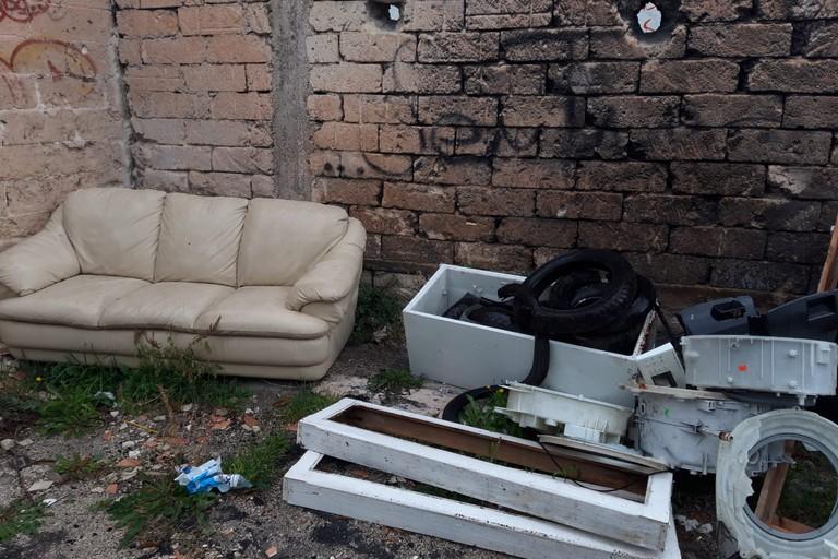 la discarica abusiva in strada martinez