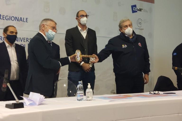 Pronto l'ospedale Covid in fiera, Emiliano: «Servirà tutta la Puglia, ma speriamo di non usarlo»