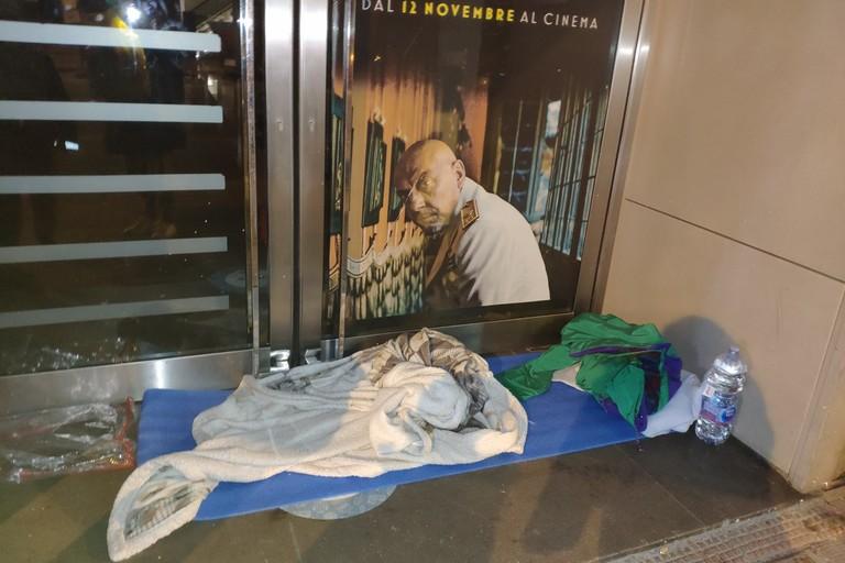 Il giaciglio di fronte alla porta del Galleria