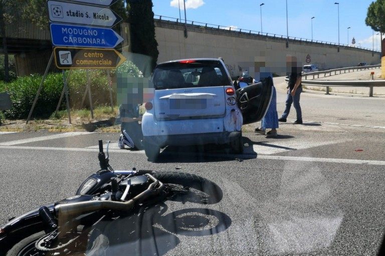 incidente auto smart tangenziale