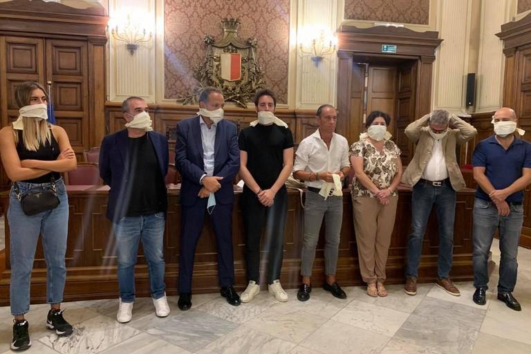 Lopposizione in protesta a Palazzo di Citt